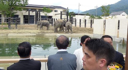 子どもたちと共にラオス トンシン首相らをお出迎え 動物園歓迎セレモニー