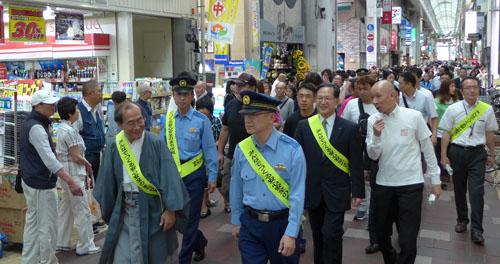 伏見区から「世界一安心安全・笑顔でやさしさ溢れるおもてなしのまち京都」実現へ 大手筋商店街をパレード